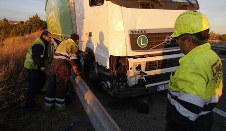 Operaris treballaven ahir a la tarda al camió accidentat a l'A-2 al seu pas per Lleida.