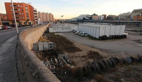 Terrenys vora l'estació on la Paeria preveu una àrea d'expansió comercial i residencial.
