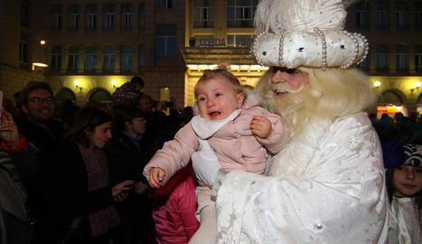 Una nena entrega la carta al rei Baltasar a última hora.