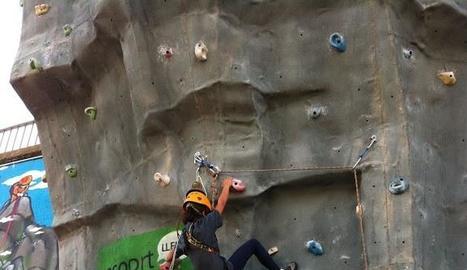 Una participant en l'activitat d'escalada l'any passat.