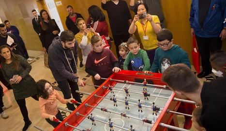 Messi i Luis Suárez, el directiu Jordi Mestre i pares i nens ahir durant la visita de jugadors del FC Barcelona a hospitals infantils.