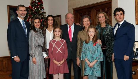 El rei emèrit, al costat de Sofia, els reis Felip i Letícia, les filles, i la infanta Elena amb els seus, Froilán i Victòria.