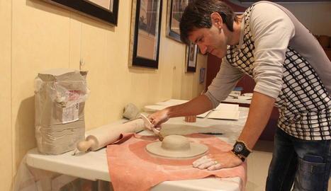 treball. L'Eduard, treballant en els nous plats que conformen la vaixella.