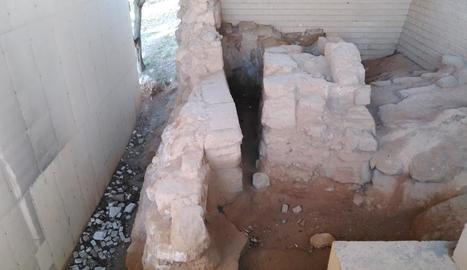 Les llambordes de l'accés a la zona on es conserven restes romanes, arrancades i tirades al costat dels vestigis.