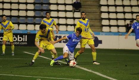 Juanto Ortuño, el jugador acabat de fitxar que ahir va debutar com a titular, lluita per una pilota.