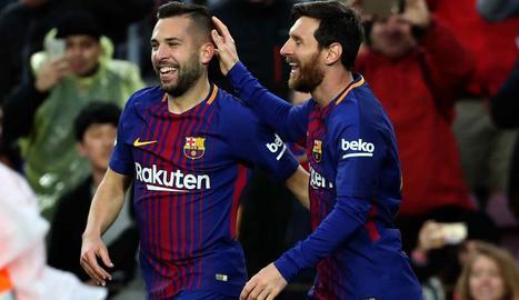 Leo Messi fa broma amb Jordi Alba després de marcar el primer gol l'argentí amb una assistència amb el cap del lateral.