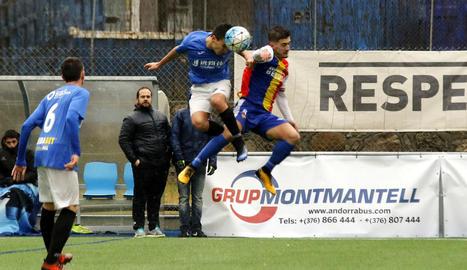 Joan Vicente enganxa una pilota en el partit d'ahir, disputat al camp de l'últim equip que va entrenar el seu pare, Emili Vicente.