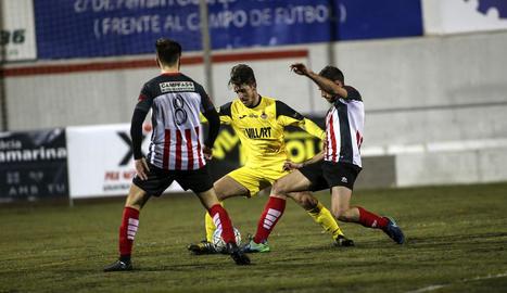 El jugador del Balaguer Genís remata de forma acrobàtica davant de la presència d'un jugador del Viladecans.