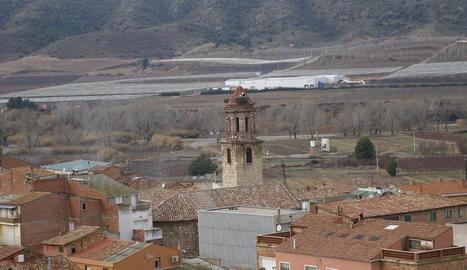 La nova coberta de l'església de la Granja (esquerra) i el bisbe de Lleida, Salvador Giménez, a l'inici de la missa d'ahir diumenge.