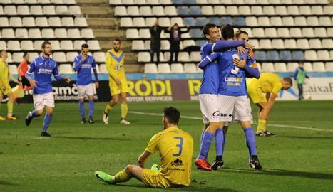 Jugadors del Lleida celebren el 2-0, marcat per Pumar dissabte davant del Badalona.