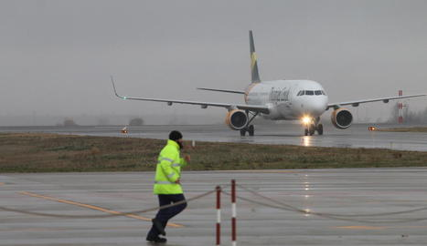 Un dels avions de Neilson que van aterrar ahir a l'aeroport lleidatà.