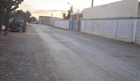 Imatge de l'avinguda de l'Esport de Castellserà, que l'ajuntament preveu pavimentar.