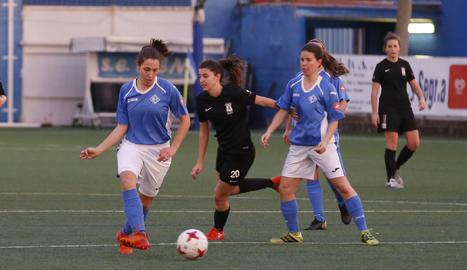 Una jugadora de l'AEM desplaça la pilota en una de les accions del partit davant del Peña Ferranca.