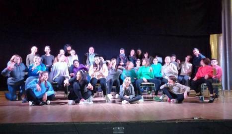 Els alumnes del grup de teatre durant els assajos previs a la representació de l'espectacle, dirigits per Elaine Carol, directora artística de Miscellaneous Productions.