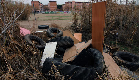 Imatge del solar ple de deixalles just al costat dels habitatges de Ferran el Catòlic.