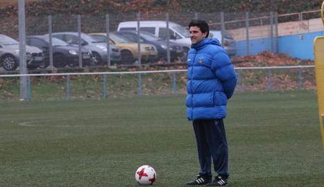 El tècnic del Lleida, Gerard Albadalejo, ahir durant l'entrenament a l'Annex.