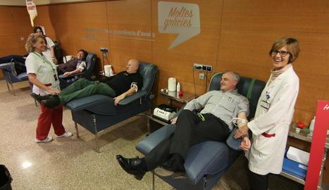 Voluntaris donant ahir sang a l'Arnau.