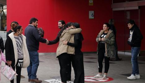 Familiars i amics de l'intern de la presó conversen a l'entrada de l'Hospital d'Oviedo.