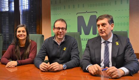 L'alcalde de Mollerussa, Marc Solsona; la regidora d'Ensenyament, Mònica Segués, i el director territorial d'Ensenyament, Miquel Àngel Cullerés.