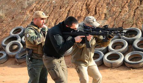 Els sometents actuen sense armes - Els sometents assessorats per GOA Tactical, com el del Camí de l'Albi, treballen sense cap mena d'arma. Aquest es diu Equip de Seguretat de l'Albi (AST, per les sigles en anglès) i controla un itinerari qu ...