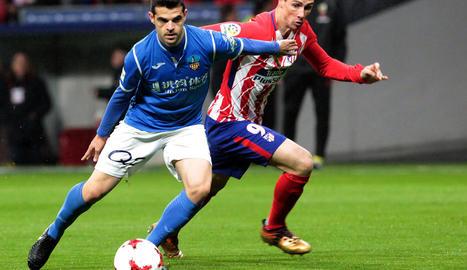 Aitor Núñez, que es va lesionar durant el partit, pugna amb Fernando Torres.