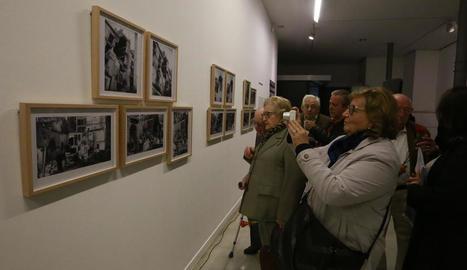 Públic a la inauguració de l'exposició, el 2 de novembre.