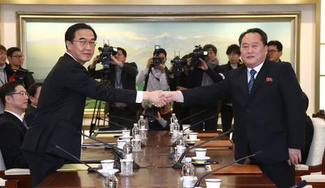 El ministre sud-coreà, Myoung-gyon (e), dóna la mà al delegat del nord, Ri Son-gwon (d).