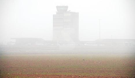 El aeropuerto de Alguaire, cubierto por la niebla el pasado domingo.