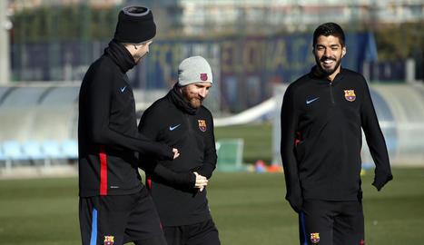 Piqué, Messi i Luis Suárez, durant l'entrenament.