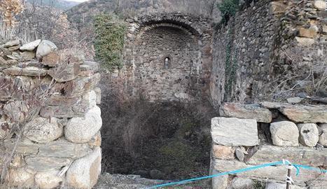 Imatge de les restes de Sant Esteve del Pont, a Castellciutat, que pateix un important deteriorament.