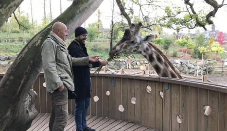 Steffen, l'amfitrió belga de Pou, li mostra el zoo on treballa.