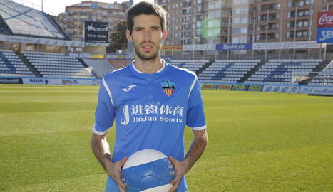 Álex Albístegui, ahir durant la presentació com a nou jugador del Lleida.