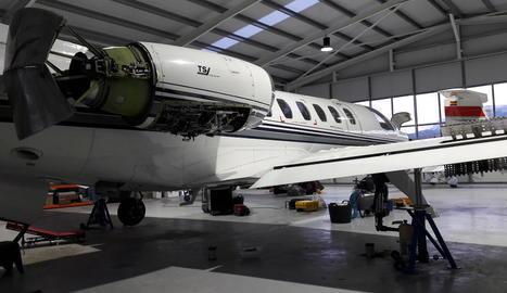 Un avió al centre de manteniment de l'aeroport de la Seu.