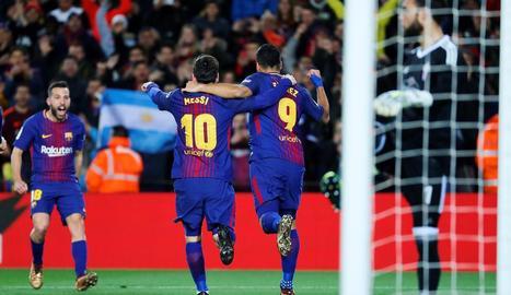 Leo Messi intenta escapar-se de tres jugadors del Celta, en una acció del partit d'ahir.
