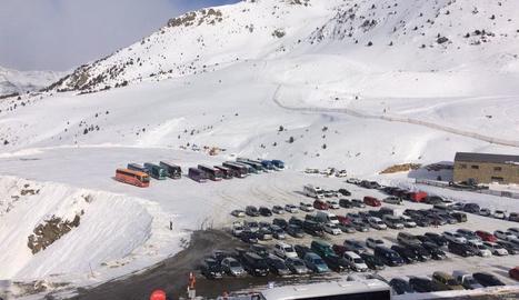 El pàrquing de Boí Taüll amb una dotzena d'autobusos escolars que porten els nens a les pistes.