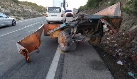 El remolc del tractor que conduïa el ferit, amb el camió implicat en l'accident al fons de la imatge.