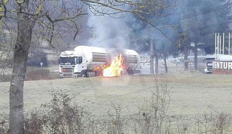 El camió cisterna, incendiat en un pàrquing al costat de l'N-230.