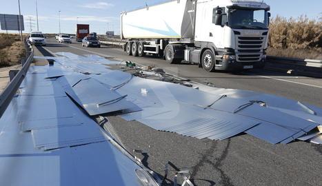 Un camió perd xapes de metall a la carretera N-240 als Magraners