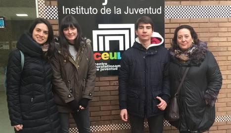 Els dos estudiants, amb les tutores, seleccionats en el Certamen de Joves Investigadors.