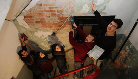 Miquel, Èlia, Bernat, Eduard i Carla, a l'escala de l'edifici que arreglaran.
