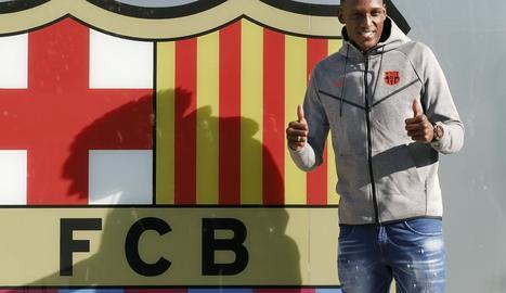 Yerry Mina, ahir a les instal·lacions del FC Barcelona, on es va fer la tradicional foto amb l'escut.