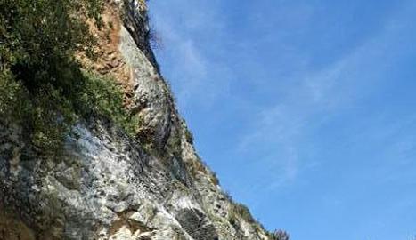El front rocós a l'accés al santuari de Salgar, a Foradada.