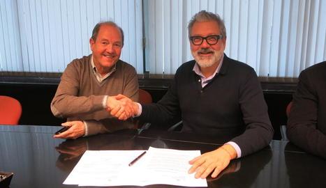 La firma de la recepció de la gestió de l'enllumenat al CIM.