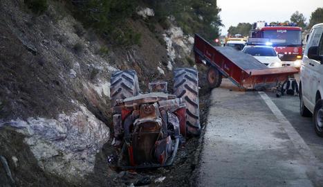 Vista de l'estat en el qual va quedar el tractor després de la col·lisió ahir a l'N-240 a Vinaixa.