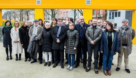 Carles Puigdemont, ahir a Brussel·les, acompanyat de diputats electes de Junts per Catalunya.
