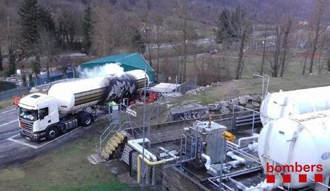 Una part del gas del camió es va abocar a l'exterior en un camp proper al vial de l'N-230.