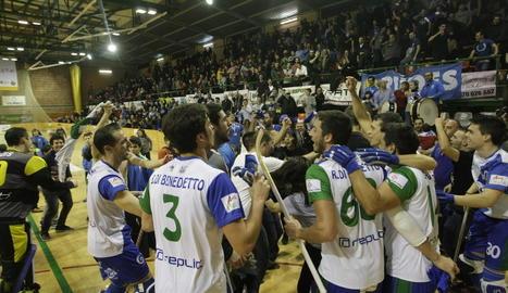Els jugadors del Llista van celebrar amb l'afició el pas a quarts de final.