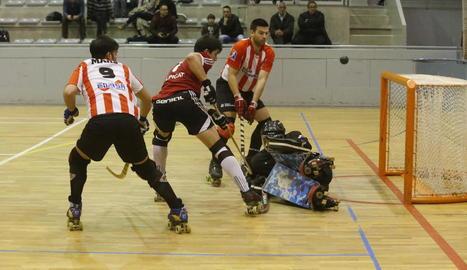 Un jugador de l'Alpicat intenta marcar un gol davant l'oposició del porter rival.