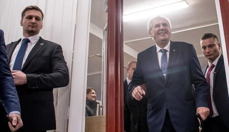 Milos Zeman a l'arribar al col·legi electoral.