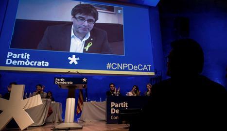 Artur Mar segueix la intervenció de Carles Puigdemont al Consell Nacional del PDeCAT, ahir.